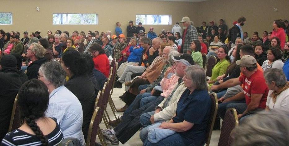 Hundreds gathered at a community meeting in Elsipogtog on Oct. 19, 2013. Photo by Dallas MacQuarrie.
